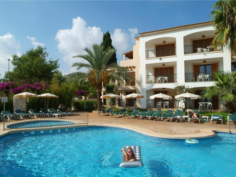 Protur bah a azul apartaments in cala bona majorca for Piscinas mallorca