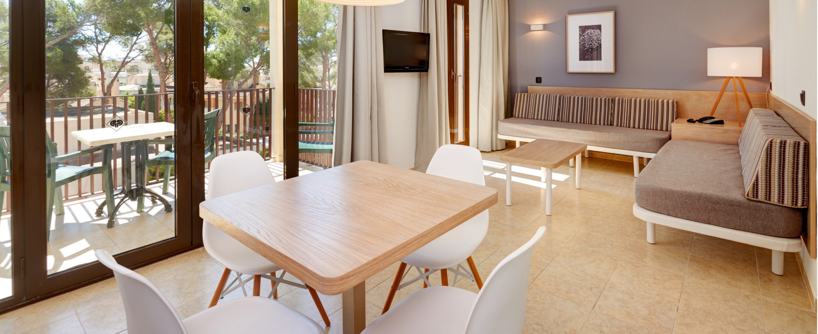 Rooms protur floriana resort aparthotel cala bona for Appart hotel jacuzzi